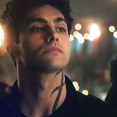 """382 Me g malec forever ♡ (@malec_stuffs) en Instagram: """"my dream is to see magnus kissing alec's neck in that rune ❤️ • • • #shadowhunters…"""""""