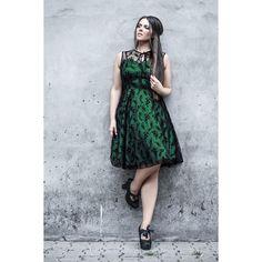 """Abito """"Emerald"""" del brand #VoodooVixen smanicato con pizzo 100% poliestere, parte sottostante color verde smeraldo e cerniera laterale. lu.: 100 cm."""