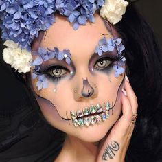 Are you looking for inspiration for your Halloween make-up? Browse around this site for cute Halloween makeup looks. Halloween Kunst, Up Halloween, Halloween Flowers, Halloween Tattoo, Halloween Costume Makeup, Pretty Halloween Costumes, Skeleton Halloween Costume, Pretty Costume, Halloween Tutorial