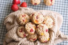 Summertime isn't complete without these sweet & fluffy protein muffins that get a little tartness from the fruit and an added crunch from the crumble topping. Protein Desserts, Protein Muffins, Peach Crumble, Crumble Topping, Vegan Vegetarian, Paleo, Lean Body, Healthy Alternatives, Yum Yum