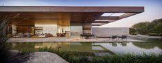 Adoramos casas pequenas, mas também somos fãs incondicionais dos projetos do Studio Arthur Casas! Esta incrível residência de veraneio possui paredes móvei