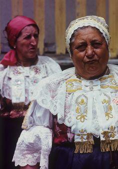Detail výšivky na rukávcoch z obce Abrahám na FS Myjava, 1988. Traditional Outfits, Clothing, Art, Outfits, Art Background, Kunst, Outfit Posts, Performing Arts, Kleding