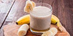 Ingredientes1 taza de yogurt natural estilo griego1 plátano1 taza de jugo de naranja1 cucharada de mielun pellizco de nueces molidas5 cubitos de hieloPreparaciónLavar los ingredientesCortar en trozos si son muy grandesPoner todos los ingredientes en el vaso de la batidoraMezclar durante 30 segundosAñadir líquido a gusto (agua, bebida vegetal, agua de coco o leche)