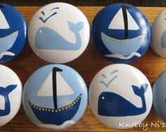 Bouton de tiroir nautique - peint à la main Cest une légère variation sur la conception de baleine en ce quil utilise Van Deusen Blue de Benjamin Moore comme la couleur bleu foncé. Cette nuance est très populaire en ce moment pour bébé pépinières et les chambres denfants. Ces boutons de tiroir serait absolument parfaits dans nimporte quelle chambre thème nautique sur portes de placard, armoires, commodes et tables dextrémité. Cette liste est pour bouton dun tiroir. Chaque bouton est…