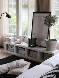 El espacio que hay bajo las ventanas también se puede aprovechar colocando muebles bajos.