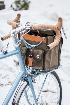 Don't know what bike this is, but the shifter placement is interesting. Touring Bicycles, Touring Bike, Bicycle Types, Bike Bag, Commuter Bike, Cargo Bike, Bike Style, Classic Bikes, Bicycle Accessories
