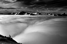 """Πάνω από τα σύννεφα Ο Andrej Bargiel φτάνει στην κορυφή του """"Kaspowy wierch"""", ξεπερνώντας και τα σύννεφα στο Tatry. Η κατάβαση του με τα ski θα είναι σίγουρα πιο γρήγορη. © Marcin Kin"""