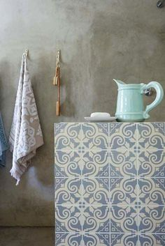 Tradtional patterned tiles morrocan inpired match with the towel's patterns very simple yet decorative and outstanding