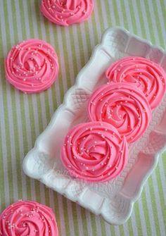 Rose meringues. Lauras bakery.  http://www.laurasbakery.nl/rozen-schuimpjes/