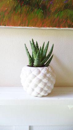 Neu!!!  Auf vielfachen Wunsch habe ich eine Ananas geformten Pflanzer geschaffen!  Ich mache jeweils neu, Pulver, Pflanzer.  Maßnahmen: 4 hoch x 4,5 breit. Loch Anlage ist 2,75 über.  geeignet für 2 bis 3 Pflanzen... Fabelhaft wie einen Kerzenständer oder eine Reihe von Bücherstützen sowie!  Hier gezeigt in matt weiß, gerne Ihre Ananas in jeder Farbe gewünschten vorzunehmen!  Sehen Sie Farboptionen zu und schicken Sie mir Sonderwünsche.  * wie jede Hand gemacht ist, erwarten Sie bitte…