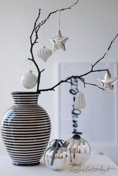 Love message: 4 steps to the casual + beautiful Christmas decoration. Hygge Christmas, Black Christmas, Magical Christmas, Modern Christmas, Scandinavian Christmas, Christmas And New Year, Winter Christmas, Christmas Home, Beautiful Christmas Decorations