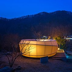 These tents shaped like worms and doughnuts were designed by young studio ArchiWorkshop for a Glamping campsite in Yang-Pyeong, South Korea.