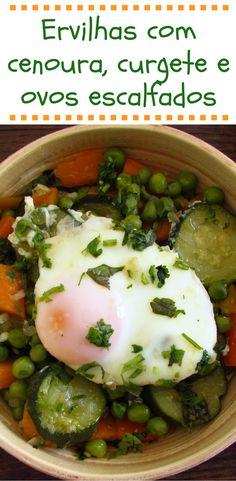 Ervilhas com cenoura curgete e ovos escalfados | Food From Portugal. Quer preparar uma refeição saudável, simples e saborosa? Temos a solução ideal para si, prepare ervilhas com cenoura, curgete e ovos escalfados, é uma combinação perfeita, experimente!!! #receita #ovo #curgete #ervilhas