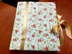Álbum de cartonagem revestidos em tecido poá e floral.