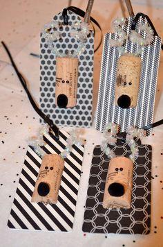 Unique et one-of-a-kind renne Etiquettes cadeaux fait à la main dans cette boutique.  Quatre 4 étiquettes découpées faites avec un base de carton 80 # attaché avec noir et blanc coordination de papier cartonné. Chaque étiquette est orné d'une «tête de cerf», bois spirale opalescent et un nez noir.  Sur le revers à l'encre noire, je l'ai fabriquées à la main-«À / de» sac cadeau, boîte, bouteille de vin ou de champagne.  Chaque étiquette mesure 4 1/4 x 2 et a attaché un ruban noir 6 1/2.