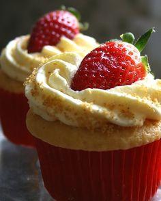 Amazing Strawberry Cheesecake Cupcakes #recipe
