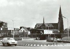 De Terheijdenseweg in 1973. Op de achtergrond de St. Josephkerk met links brouwerij De Drie Hoefijzers. De weg ligt momenteel helemaal op de schop en zal er straks totaal anders uitzien.