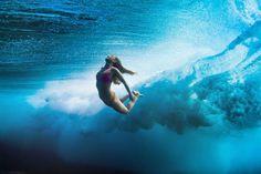 Foto Saat Peselancar Wanita Di Bawah Air