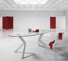 Mesa comedor de original diseño en patas que acompaña con un sobre de mesa en forma ovalada de cristal templado. Colores de los sobres: negro o transparente. Colores de las patas:negras, blancas o cromadas. Medidas: 200x110x76cm.
