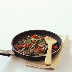 Scopri come preparare un secondo piatto semplice, gustoso e soprattutto molto veloce: Straccetti di manzo con rucola e pomodorini!