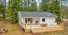 Tento 42-ročný dom má rozlohu len 60 m² a stále vyzerá ako nový! Monochromatická vidiecka chatka vo švédskych lesoch. Biely domček na vidieku