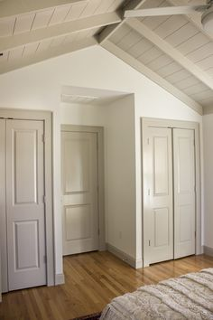 BM Revere Pewter Trim and Doors with white walls Interior Door Colors, Grey Interior Doors, Grey Doors, Interior Trim, Painted Interior Doors, Dark Trim, Grey Trim, Off White Walls, Grey Walls