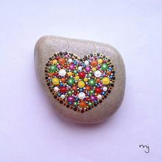 Kolor i kształt natury / The kolor and shape of nature ❤ Serce 9/9 cm niewątpliwą ozdobą, może służyć jako przycisk do dokumentów  #handpaintedstones, #kamienieręczniemalowane, #paintedrocks, #paintedstones, #kamieniemalowane, #malowanekamienie, #malującakamienie, #paintingstones, #niezchinzpolski, #tęczowekamyki, #rainbowpebbles, #handpainteddecor, #heartdecor, #dotpainting, #dots #mandala