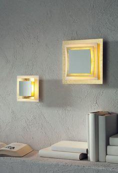 Die Escale Pages Wand-/Deckenleuchte weist eine Länge und eine Breite von je 22 cm auf. Sie setzt sich zusammen aus vier hintereinander angeordneten, quadratischen Elementen. Für die hinteren drei stehen insgesamt zwei Oberflächen zur Auswahl.