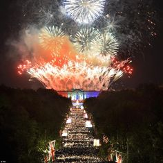 Throwback Thursday: Fireworks in celebration of the Queen's Diamond Jubilee - Buckingham Palace, London #studyabroad    Blog post: http://wannabegradstudent.tumblr.com/post/60374856321