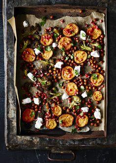 Paahdetut kasvikset vuohenjuuston ja granaattiomenan kanssa . Mitä syntyy, kun samaan ruokaan laittaa kaikki suosikkiraaka-aineet? | Kielenvievää | HS