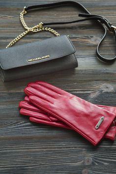 Moda, 4. krs. Michael Kors -lompakko 165 €. Irrotettava olkahihna.