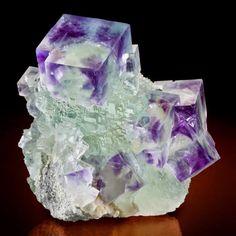 FLUORITE  A Fluorite é uma das pedras preferidas dos que praticam a cura com cristais. Possui uma energia forte, protetora e estabilizadora.