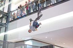 25 marca w Galerii Echo odbyły się pokazy wysokich lotów. Profesjonalni zawodnicy BMX i MTB zaprezentowali swoje umiejętności wykonując karkołomne ewolucje na specjalnie przygotowanych rampach i wyskokach. Musicie zobaczyć wideorelację z tego wydarzenia.