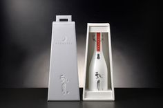 Hyougetsu Sake Bottle - 書家 大橋陽山 Blog 『 瞬感 』 Water Branding, Japanese Sake, Wine Design, Beverage Packaging, Wine Label, Package Design, Innovation Design, Bottles, Water Bottle