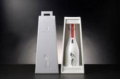 Hyougetsu Sake Bottle - 書家 大橋陽山 Blog 『 瞬感 』 Japanese Sake, Wine Design, Wine Label, Package Design, Bottles, Water Bottle, Packing, Drinks, Bag Packaging