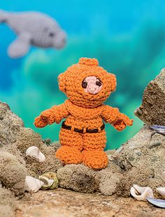 Dive into the deep with your own under-the-sea explorer! This diver is easy to customize with your favorite-colored diving suit, and the ports on the helmet will help give him or her a great view of all your amazing sea creatures!
