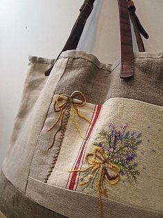 프랑스자수 ~ 햄프린넨 가방 : 네이버 블로그 Diy Purse, Tote Purse, Tote Handbags, Burlap Purse, Burlap Bags, Sewing Circles, Embroidery Bags, Linen Bag, Beaded Bags