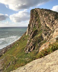 La scogliera mozzafiato di Cabo da Roca #rainbowRTW 140 metri di salto verso l'Oceano Atlantico questo è il punto più occidentale d'Europa. Emozione allo stato puro! #visitportugal  @visitportugal  @tapportugal  @guidemarcopolo