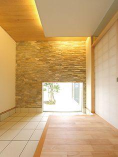 足下の窓から光が入る玄関は広々スペース。壁面にはご主人の要望で同社のモデルハウスと似た柄のタイルを使用。収納スペースを随所に確保したのはお母様と奥様の要望。大きな玄関収納もたっぷり用意した。 House Made, House 2, Japanese Architecture, Houzz, Front Porch, Tile Floor, Entrance, Stairs, House Design
