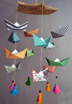 Nada más sencillo que un móvil para decorar una habitación infantil hecho con figuras de papel. Os he tr...
