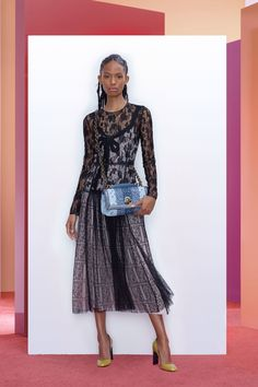 The complete Bottega Veneta Pre-Fall 2018 fashion show now on Vogue Runway.
