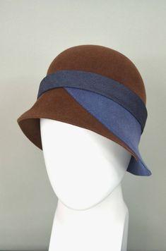 57 cm 1930 Retro style Vintage beige cloche hat with wool felt decor