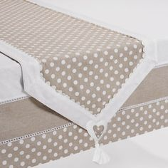 Guida da tavolo a pois bordo avorio Fabric Crafts, Sewing Crafts, Sewing Projects, Quilted Table Runners, Burlap Table Runners, Linen Bedroom, Deco Table, Mug Rugs, Table Toppers