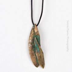 The pendant olive leaf is handmade with the lost candle technique, with green oxidation The natural leaf comes from an olive tree in Sparta. Olives, Brass Jewelry, Jewelry Necklaces, What Is Brass, Handmade Bracelets, Handmade Jewelry, Leaf Pendant, Necklace Lengths, Jewelry Design