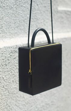 Los Angeles-based Building Block has yet again delivered a collection of bags that redefines functional pieces into an elegant minimalism. Love this black leather piece. Michael Kors Clutch, Michael Kors Outlet, Kelly Bag, Bag Sewing, Boxy Crop Top, Crop Tops, Michael Kors Designer, Fashion Accessories, Women Accessories