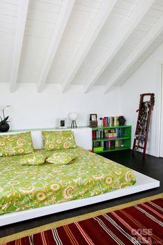 Anche nella zona notte le travi in legno verniciato bianco che formano la copertura a spiovente sono state lasciate a vista.  #casa #cosedicasa #arredamento #arredocasa #mansarda #arredarecasa #design #home #house #cameradaletto #bedroom