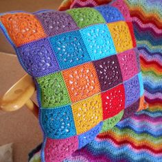 Transcendent Crochet a Solid Granny Square Ideas. Inconceivable Crochet a Solid Granny Square Ideas. Beau Crochet, Crochet Diy, Crochet Home, Crochet Crafts, Crochet Projects, Crochet Pillow Patterns Free, Crochet Square Patterns, Crochet Motifs, Crochet Squares
