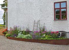 Att anlägga en mormorsrabatt | UnderbaraClara | Bloglovin' Garden Cottage, Home And Garden, Mykonos, Big Leaf Plants, Landscape Design, Garden Design, Garden Stones, The Doors, Diy Garden Decor