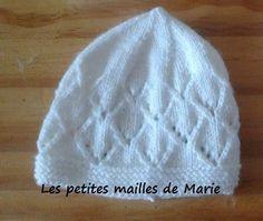 """Bonjour les tricopines, Voici les explications pour faire un bonnet pour bébé prématuré de 34 semaines au point """"jours en angles"""". A..."""