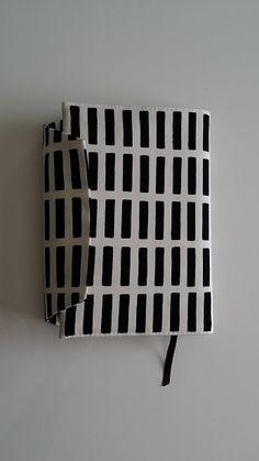 1枚布でダーっと直線縫いのみで出来るブックカバー☆ バッグの中でページの間に物が挟まらないようにホックを付けたら手帳みたいになりました♪